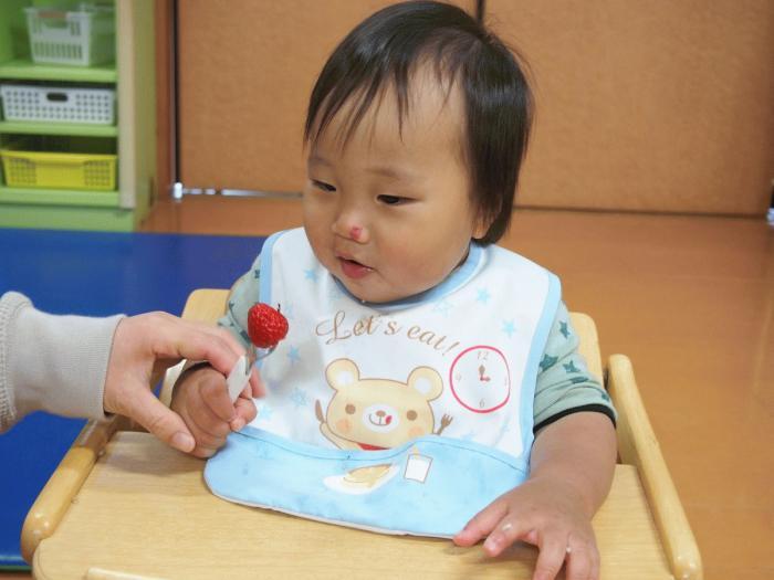 苺美を食べる園児その2