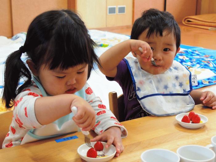 苺美を食べる園児その3